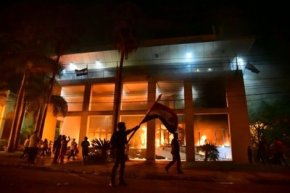 estudiantes-de-medicina-asisten-a-heridos-en-represion-policial-reeleccion.png