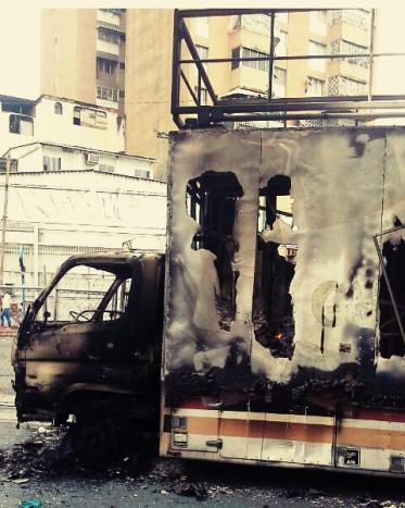 Camión cultural quemado en Caracas